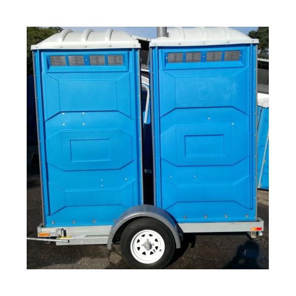 Lej 2 mobiltoiletter på trailer